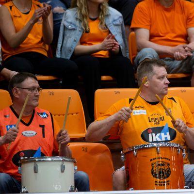 Kauhajoen Karhu Basketin faneja.
