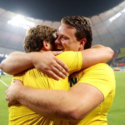 Simon Pettersson onnittelee Daniel Ståhlia Dohassa.