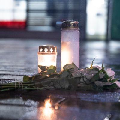 Kynttilöitä tuotuna tiistai iltana tapahtumapaikalle.