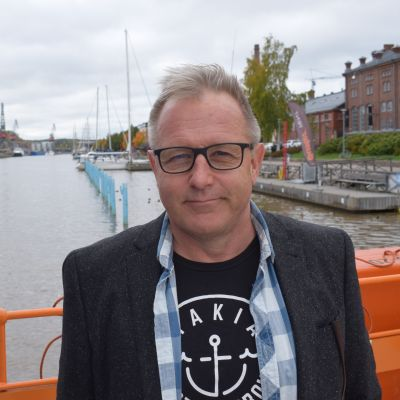 Kirjaiija Reijo Mäki Förin kyydissä Turussa.