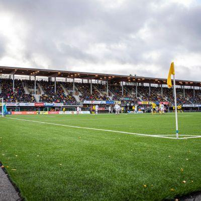 Katsomo täynä Kuopiossa kun jännitetään voittaako KuPS mestaruuden.