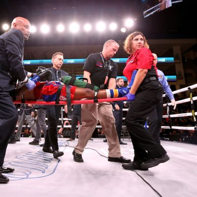 Nyrkkeilijä Patrick Dayta kannetaan paareilla kehästä.