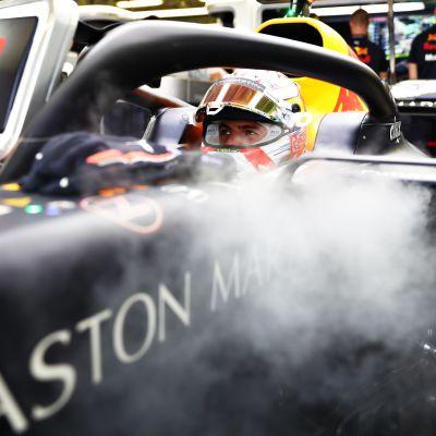 Max Verstappen odottaa autossaan pääsyä radalle.
