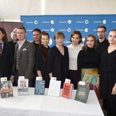 Tietokirjallisuuden Finlandia-ehdokkaat ja ehdokaskirjat ehdokkaiden julkistustilaisuudessa.
