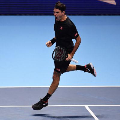 Roger Federer tuulettaa.