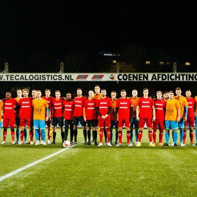 Excelsiorin ja FC Volendamin pelaajat protestoivat rasismia vastaan.