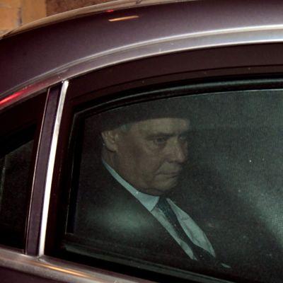 SDP:n puheenjohtaja Antti Rinne poistui virka-autollaan valtioneuvoston linnasta puolilta öin sunnuntain ja maanantain välisenä yönä.