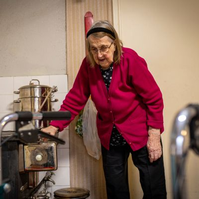 98-vuotias Sylvi Soittila asuu yksin vanhassa rintamamiestalossa. Hänen poikansa käy päivittäin auttamassa.