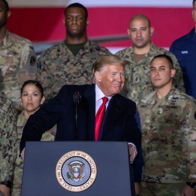 Trump pitää puhetta sotilastukikohdassa