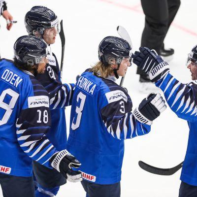 Suomi juhlii Anttoni Hongan maalia Sveitsiä vastaan.