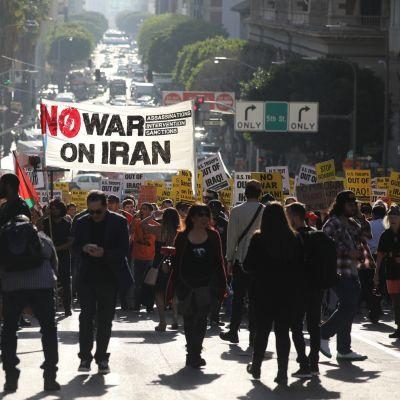 Mielenosoittajat kokoontuvat Pershingin aukiolle vastustaakseen Yhdysvaltojen armeijan osallistumista Lähi-itään.
