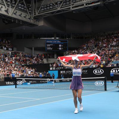 Caroline Wozniacki kiittää yleisöä pelin jälkeen.