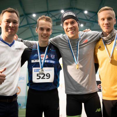 Pajulahti Cross Country Carnival 2018. Tapahtuman koordinaattori Rami Virlander (vas.) sekä miesten Elite -sarjan 10 km:n kolme parasta, juoksussa toiseksi sijoittunut Miika Tenhunen (529, NivU), juoksun voittanut Jarkko Järvenpää (TampPy) ja kolmanneksi sijoittunut Hannu Granberg (LahdA).