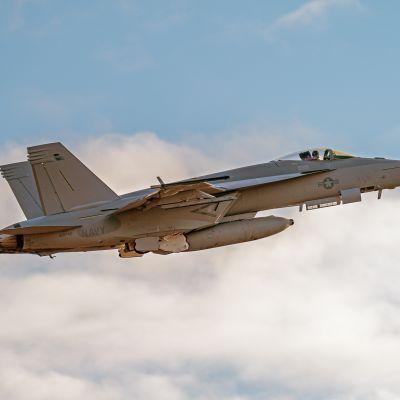 Super Hornet E nousussa Pirkkalan lentokentältä.