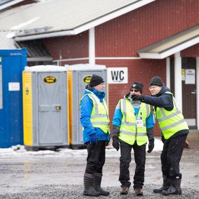 Järjestysmiehet Kontiolahden ampumahiihtostadionilla.