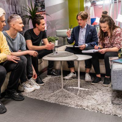 Nuoret uutisluokkalaiset haastattelevat Kuumaa-yhtyettä.