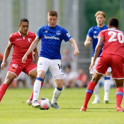 Arkistokuvaa siniasuisen Evertonin ja puna-asuisen FC Sionin ottelusta.