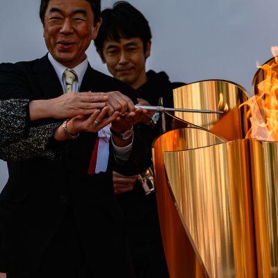 Olympiasoihtu sytytetään Sendain rautatieaseman ulkopuolella.