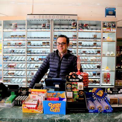 Andrea Santarelli toimii myyjänä tupakkakaupassa Roomassa.