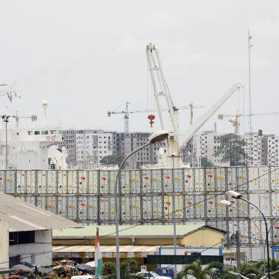 Kontteja ja nostureita Abidjanin satamassa