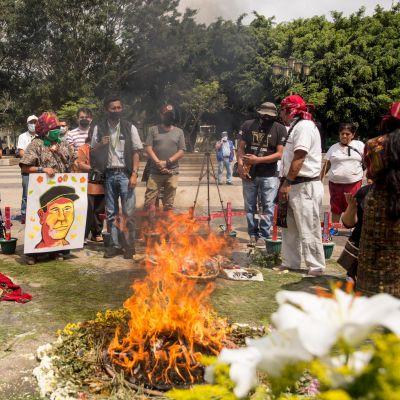 Ihmiset surevat surmattua Domingo Choc Che'a Guatemalassa