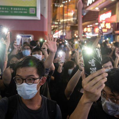 Kuvassa mielenosoittajia Hongkongissa kesäkuussa 2020.