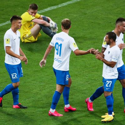 Koko ottelun kuva. Sotshin pelaajat tuulettivat jälleen yhtä osumaa 17-vuotiaan Rostovin maalivahdin Denis Popovin selän taakse.