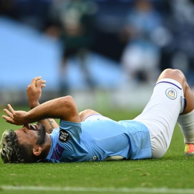 Aguero makaa nurmen pinnassa loukkaantuneena.