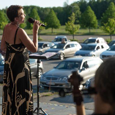 Laulaja Mari Palo esiintyy Turussa drive-in-konsertissa 17.6.2020