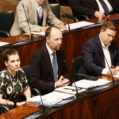Perussuomalaisten kansanedustajat Arja Juvonen, Jussi Halla-aho ja Ville Tavio eduskunnan kyselytunnilla.