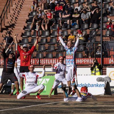 IPV:n Tuomas Jussila toi avausjakson voittojuoksun pesäpallon miesten Superpesiksen ottelussa Joensuun Maila - Imatran Pallo-Veikot Joensuussa 2. heinäkuuta 2020.