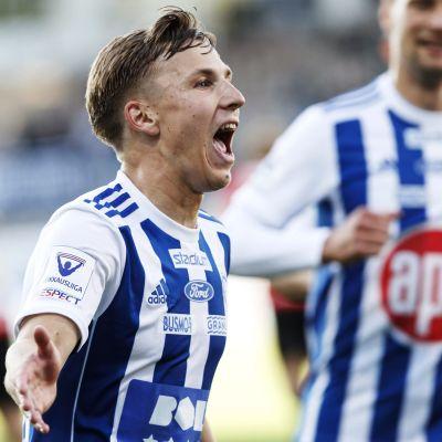 HJK:n Lucas Lingman juhlii tehtyään 3-1 -maalin jalkapallon Veikkausliigan ottelussa HJK vs FC Haka.