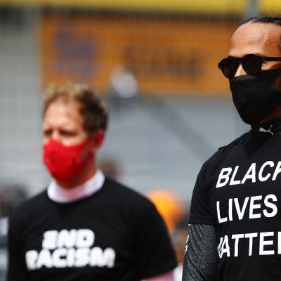 Kaikki F1-kuljettajat tukivat tasa-arvoliikettä pukeutumalla t-paitaan, jossa on rasismin vastainen viesti. Kuvassa Lewis Hamilton.