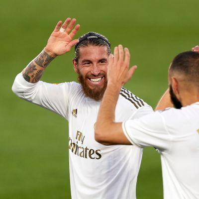 Karim Benzema saa maalionnittelut Sergio Ramosilta (vas.) ja Casimirolta (oik.)
