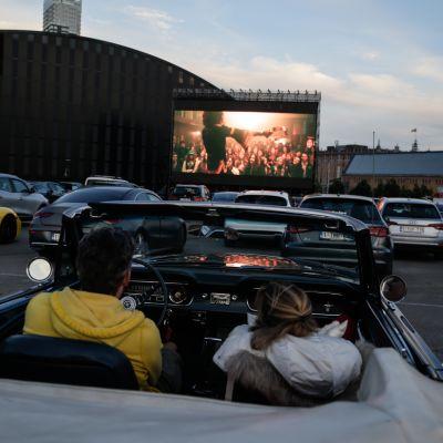Ihmiset katsovat elokuvaa autoistaan Brysselissä Belgiassa heinäkuussa 2020.