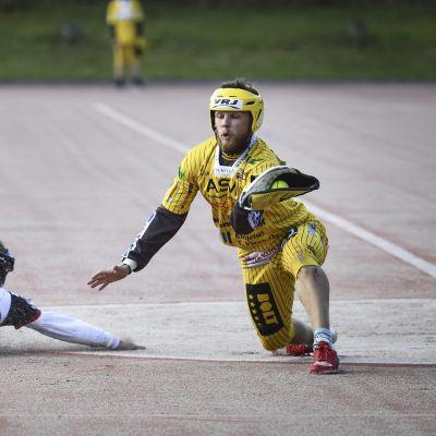 Tahkon Lauri Vierimaa ottaa pallon kiinni, Manse PP Tuomas Tuohisaari syöksyy kakkospesään pesäpallon miesten Superpesiksen ottelussa Hyvinkään Tahko - Manse PP.