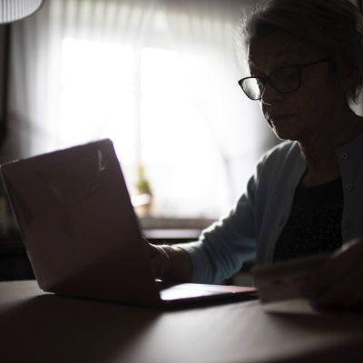 vanhus ikäihminen tietokone