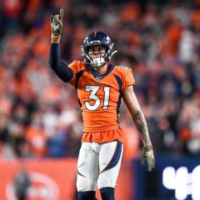 Denver Broncosin Justin Simmons pitää sormeaan ilmassa.