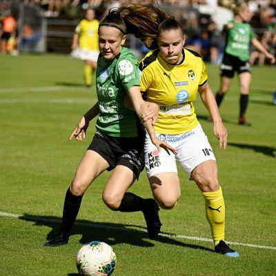TiPS:n Joanna Tynnilä ja KuPS:n Aino Kröger (oik) kamppailevat pallosta jalkapallon naisten Kansallisen liigan ottelussa TiPS-KuPS Vantaalla 8. elokuuta 2020