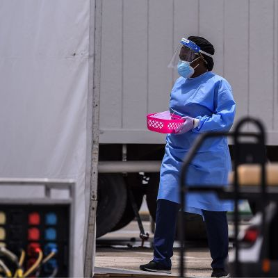 Vårdpersonal klädd i skyddsutrustning. Bilden är tagen i Miami i Florida den 5 augusti.