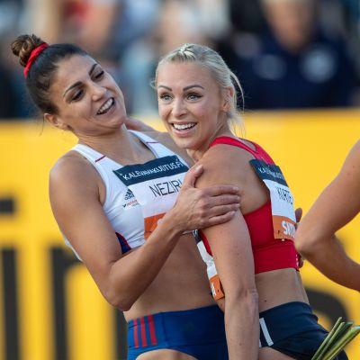 Hopeamitalisti Nooralotta Neziri onnitteli Annimari Kortetta, jolle aikuisten SM-kulta 100 metrin aidoissa oli uran ensimmäinen.