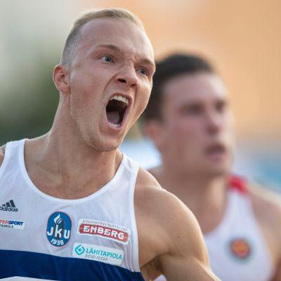 Viljami Kaasalainen tuulettaa 100 metrin Suomen mestaruuttaan.