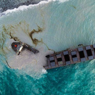 katkennut tankkeri ilmakuvassa