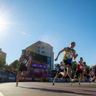 Samuli Samuelsson ylittää ensimmäisenä maaliviivan 200 metrillä Turun Kalevan kisoissa.