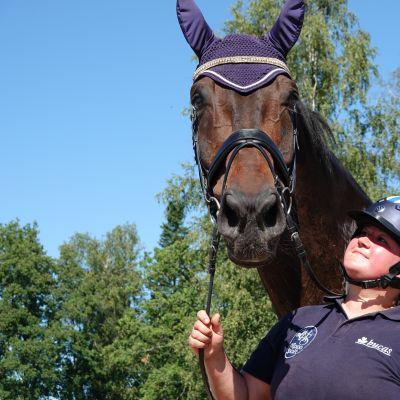 Pararatsastaja Pia Reitti ja hänen hevosensa Supremo eli Seppo