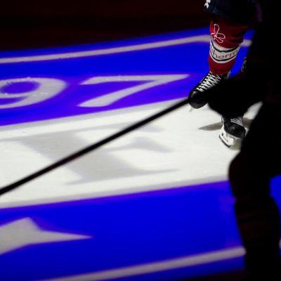 HIFK:n logo jään pinnassa.