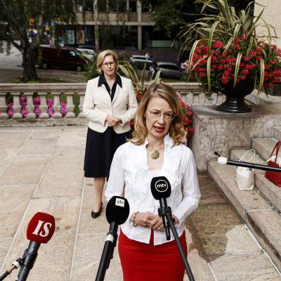 Eurooppa- ja omistajaohjausministeri Tytti Tuppurainen puhuu medialle ja taustalla seisoo työministeri Tuula Haatainen.