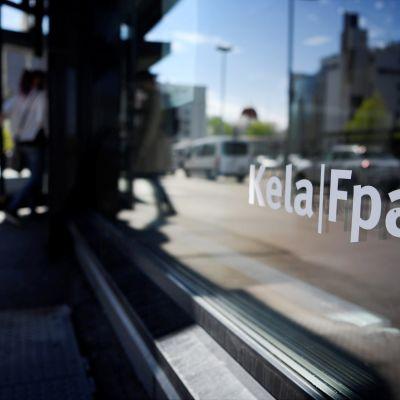 Kelan toimisto Helsingissä, asiakas menossa sisään