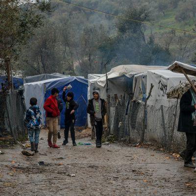 Morian pakolaisleirin liepeillä sijaitseva telttaleiri kuvattuna maaliskuussa.