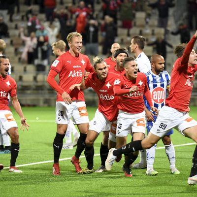 HIFK:n Joel Mattsson (99, oik) juhlii 4–3 maaliaan Töölön jalkapallostadionilla jalkapallon Veikkausliigan ottelussa HIFK-HJK.